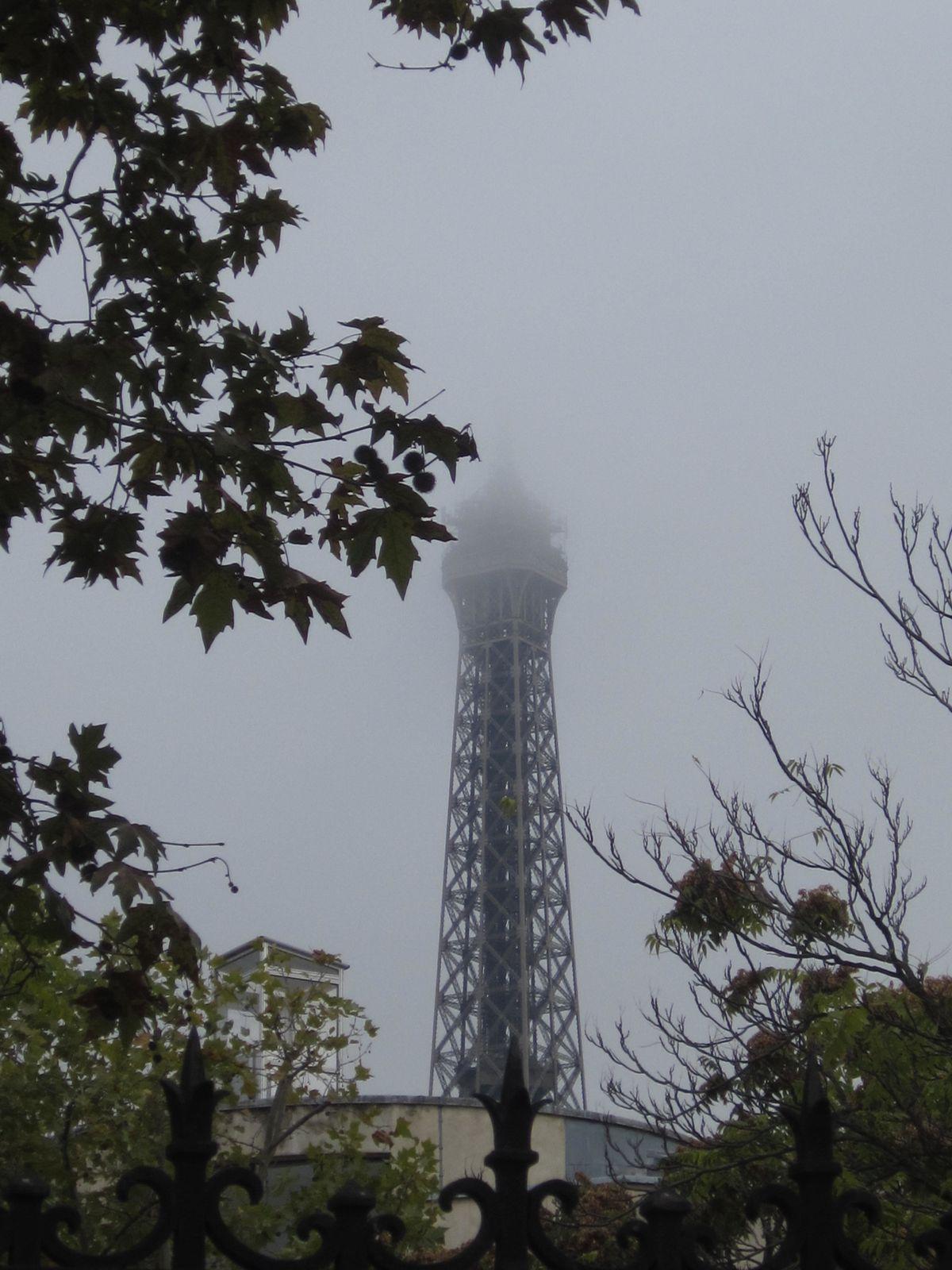 La Tour Eiffel - Grande Dame de Paris ,avait la tête dans les nuages.....