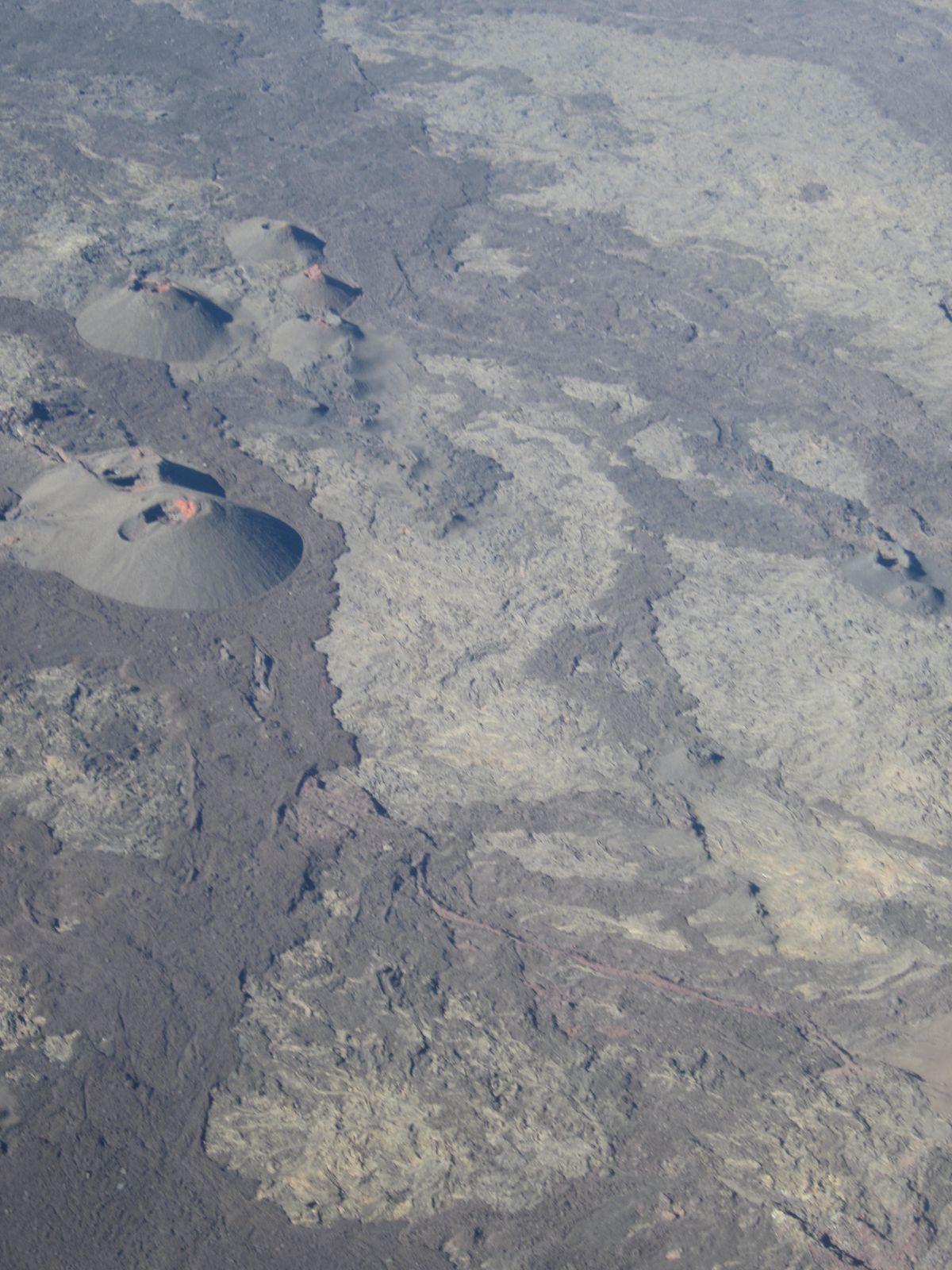 Le cratère Dolomieu est long de 1100 mètres  sur 750 mètres de large, et profond de 350 mètres.