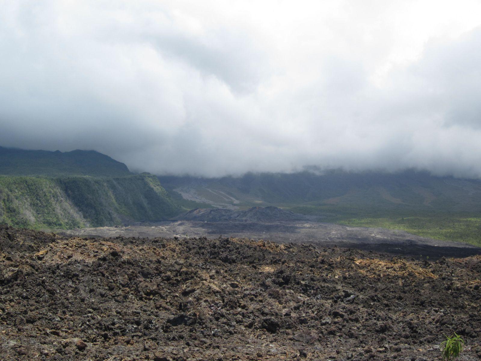 Au sud de l' île , l'enclos du Grand Brûlé donne une idée de la force des éruptions et des coulées qui descent jusquà la mer en traversant les routes...