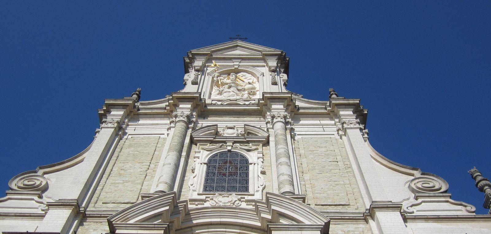 L'église de style baroque est au centre de ces jolies demeures