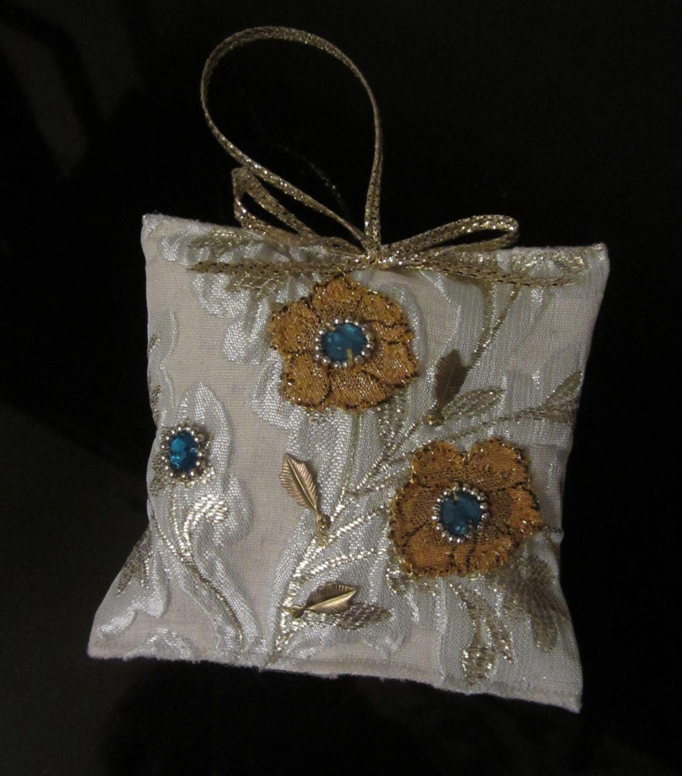 """Fleurettes appliquées et  cabochons de """"saphir"""" ... récupérés.. sur un Sari indien.."""