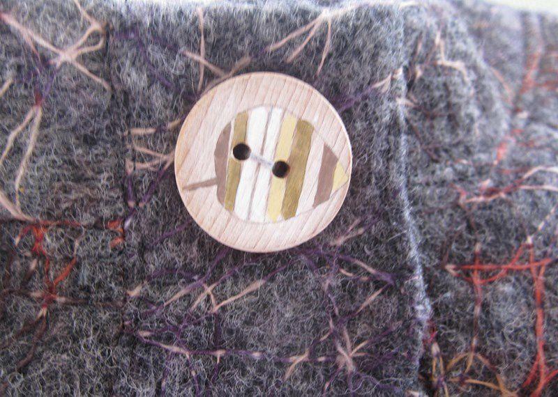 Le bouton est en bois  peint par Lydie - ancramillage....