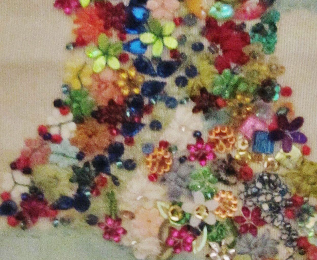 Voici ma Nana , je l'ai habillé de mille perles, sequins et broderie au ruban de soie ....