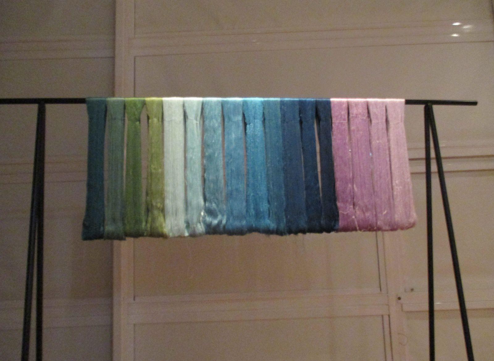 Des soies, des couleurs et des navettes.