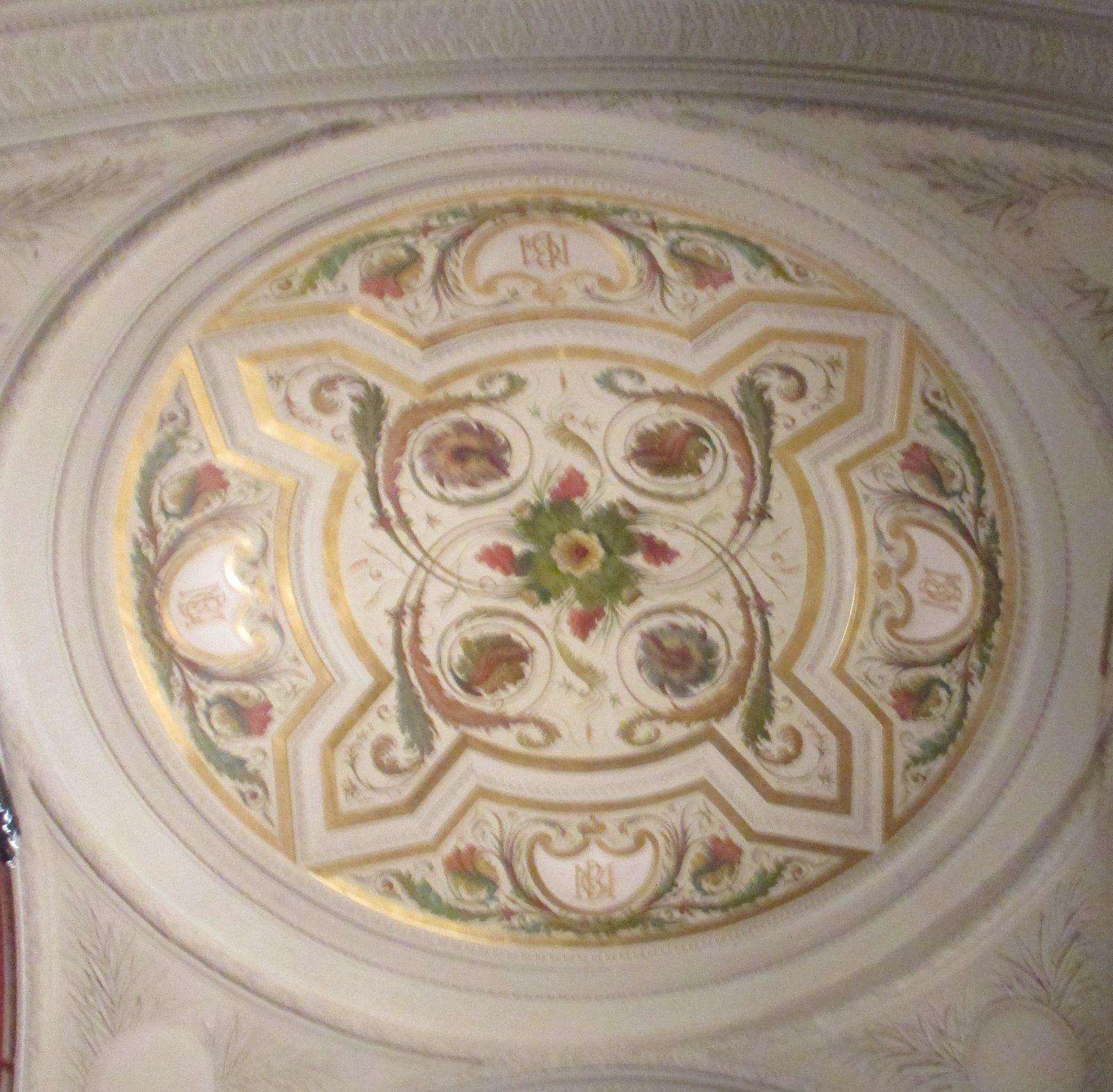 Dès l'entrée , l'émerveillement devant les plafonds des salles.