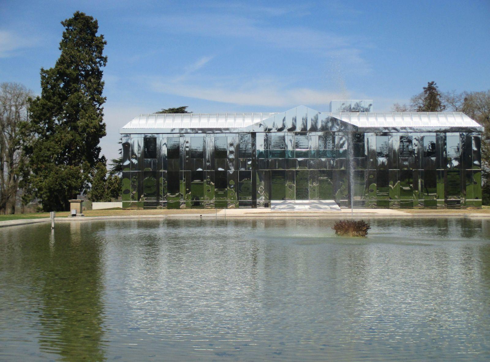 Des plaques d'aluminium recouvrent désormais la jolie façade...
