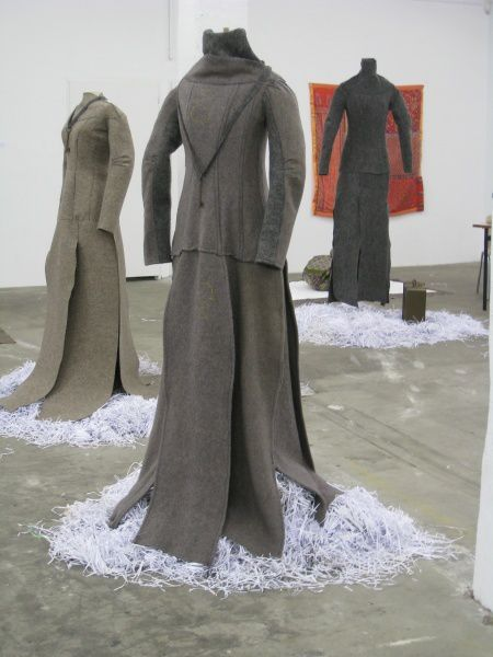 Des robes de voyage en drap, ou rebrodées de mille paroles...et celles faites au crochet ..