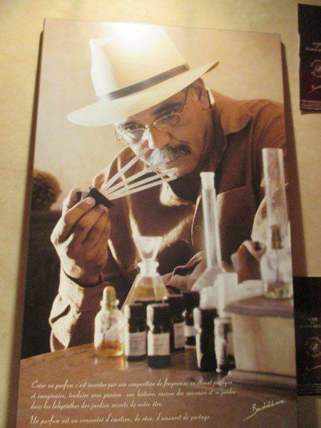 Ce Sage est aussi créateur de parfum, nous avons longuement discuté avec lui.