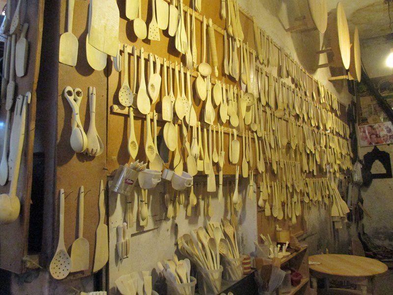 Des cuillères et ustensiles en bois de toutes sortes.