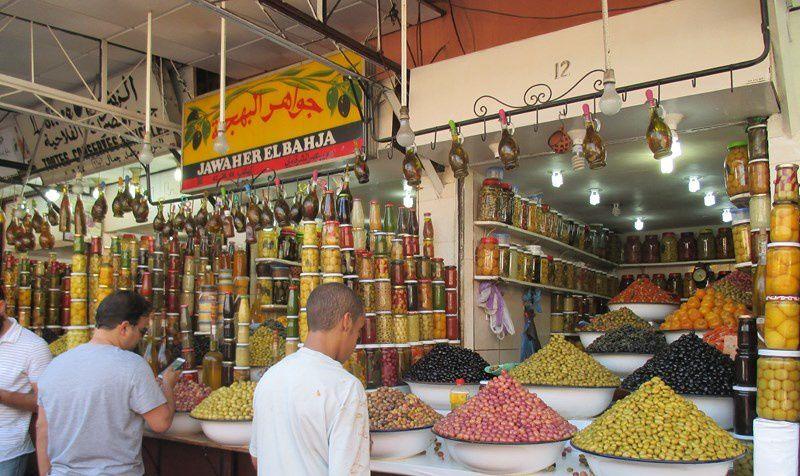 Les herbes, des olives, des figues de Barbarie et regardé bien , il y a le vendeur de...dentier juste à côté !