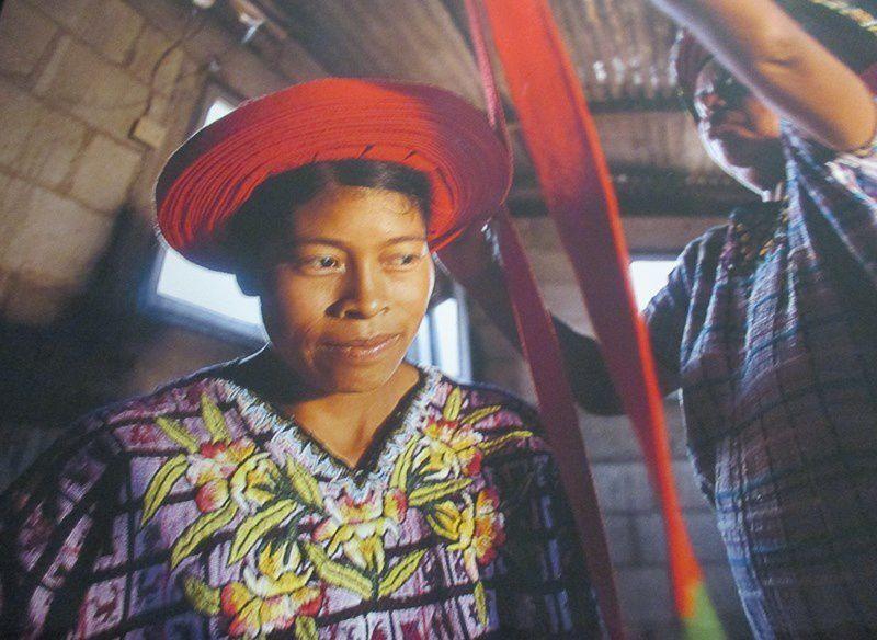 Voilà trois millénaires que les femmes mayas réalisent ces vêtements brodés.