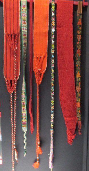 Les ceintures tissées sont ornées de symboles de l'univers : soleil, lune,étoiles,animaux fabuleux....