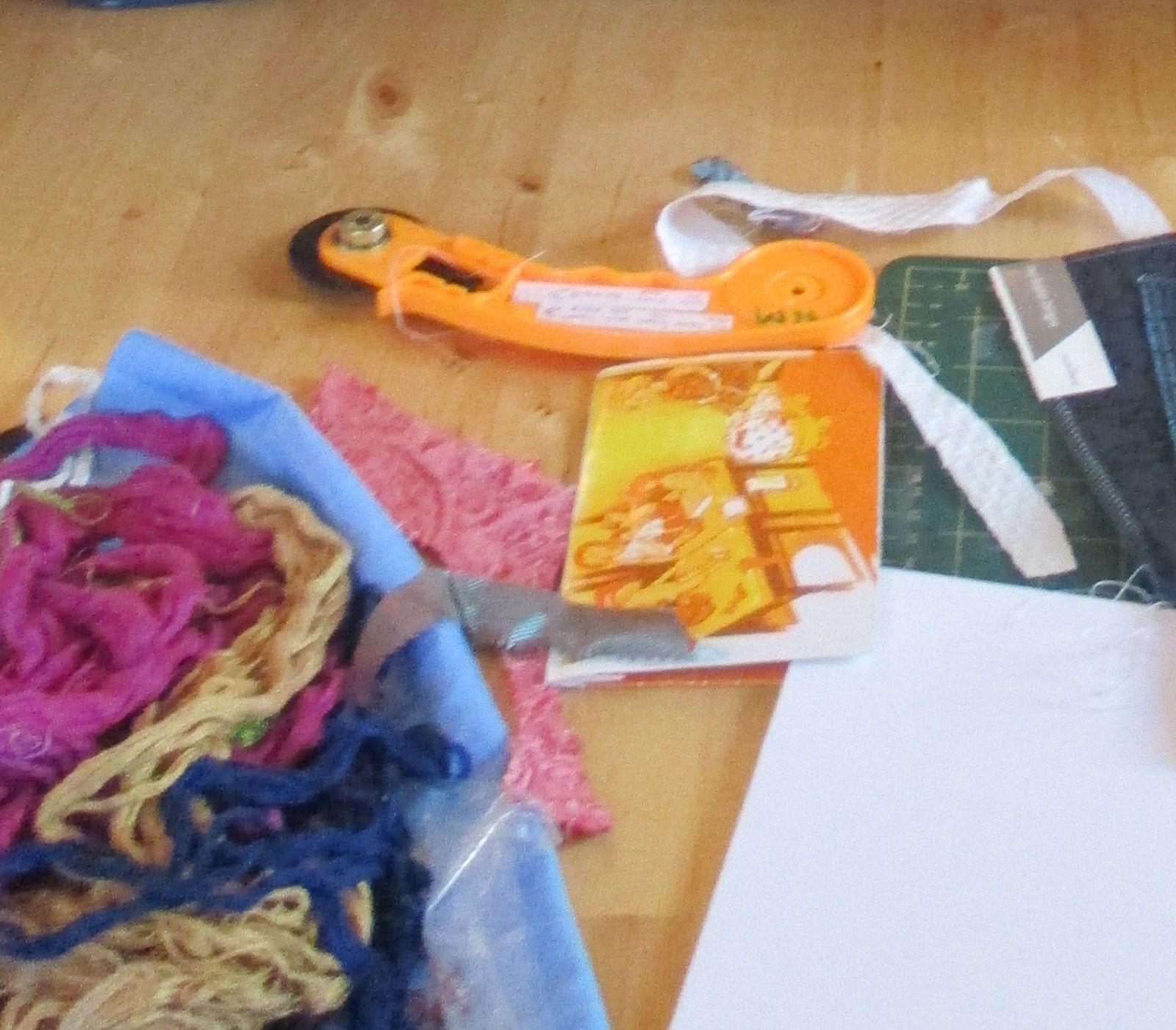 ....des fils - du tissu - et des outils ....