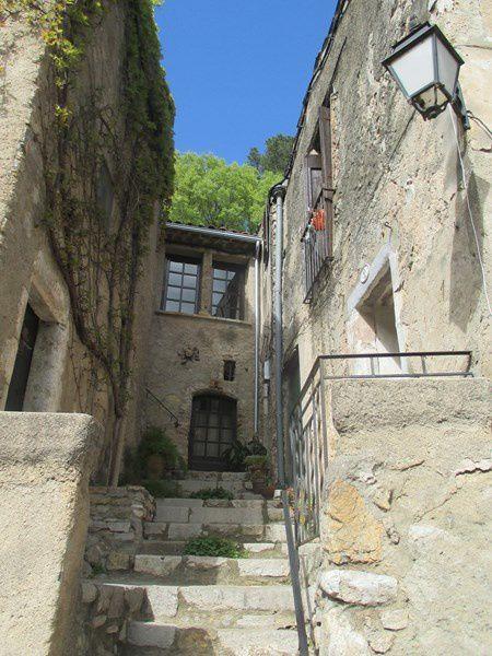 Au coeur des gorges de l'Hérault le village nous dévoile ses richesses.
