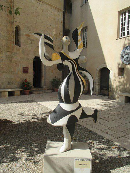 Dans la cour du Château de Vallauris
