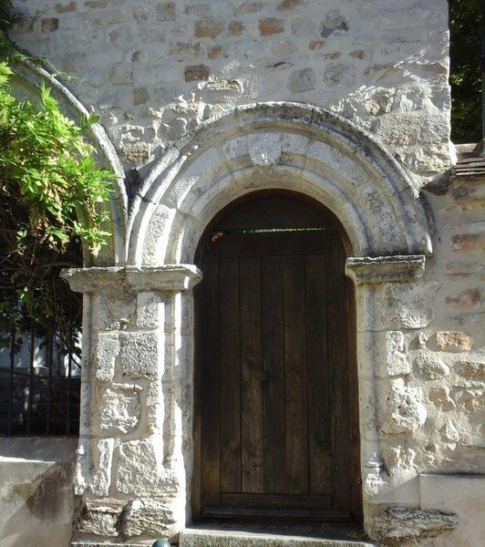 La porte du Moustier  (635) et le sous-sol du monastère , transformé en lieu d'exposition.