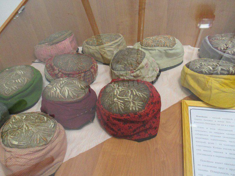 """Musée ethnographique.Un oiseau en """"boutons"""", des broderies et peintures rouges ,des coiffes traditionnelles....."""