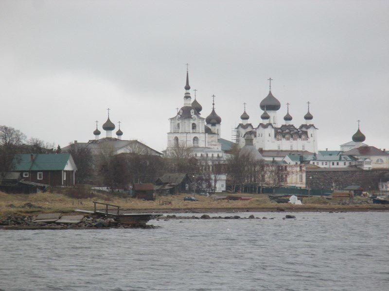 """Le monastère fait la renommée de l'archipel, l'édifice religieux du XVI ème siècle est classé au Patrimoine  mondial de l'UnescO Une épaisse muraille l'entoure """"le Kremlin""""."""