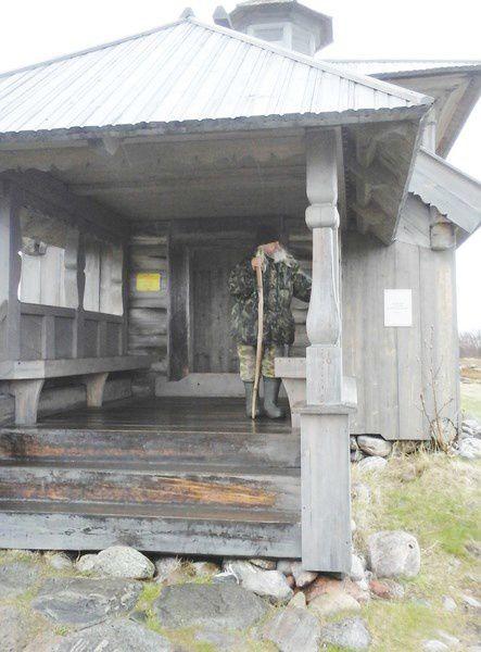 Nous visitons l'île de Bolchoy Sayatsky- l' île aux lièvres.Sanctuaire païen des IIe et Ier siècles avec J.C.. Une petite église en bois -Saint André, est gardé par un ermite . Des labyrinthes en pierre et en buis n'ont pas délivré leur énigme.