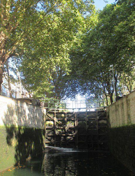 Neuf écluses sont nécessaires pour atteindre le Bassin de la Villette, car le dénivelé est de 25 mètres entre la Seine et le Port de la Villette