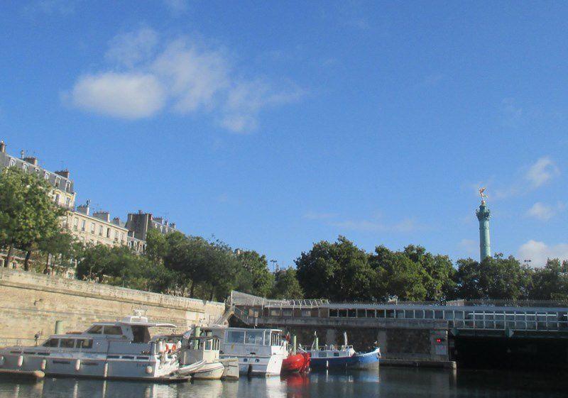 """Port de l""""Arsenal à côté de la Place de la Bastille. Bordé par 9.000 m2 de jardins, il peut accueillir 230 bateaux"""