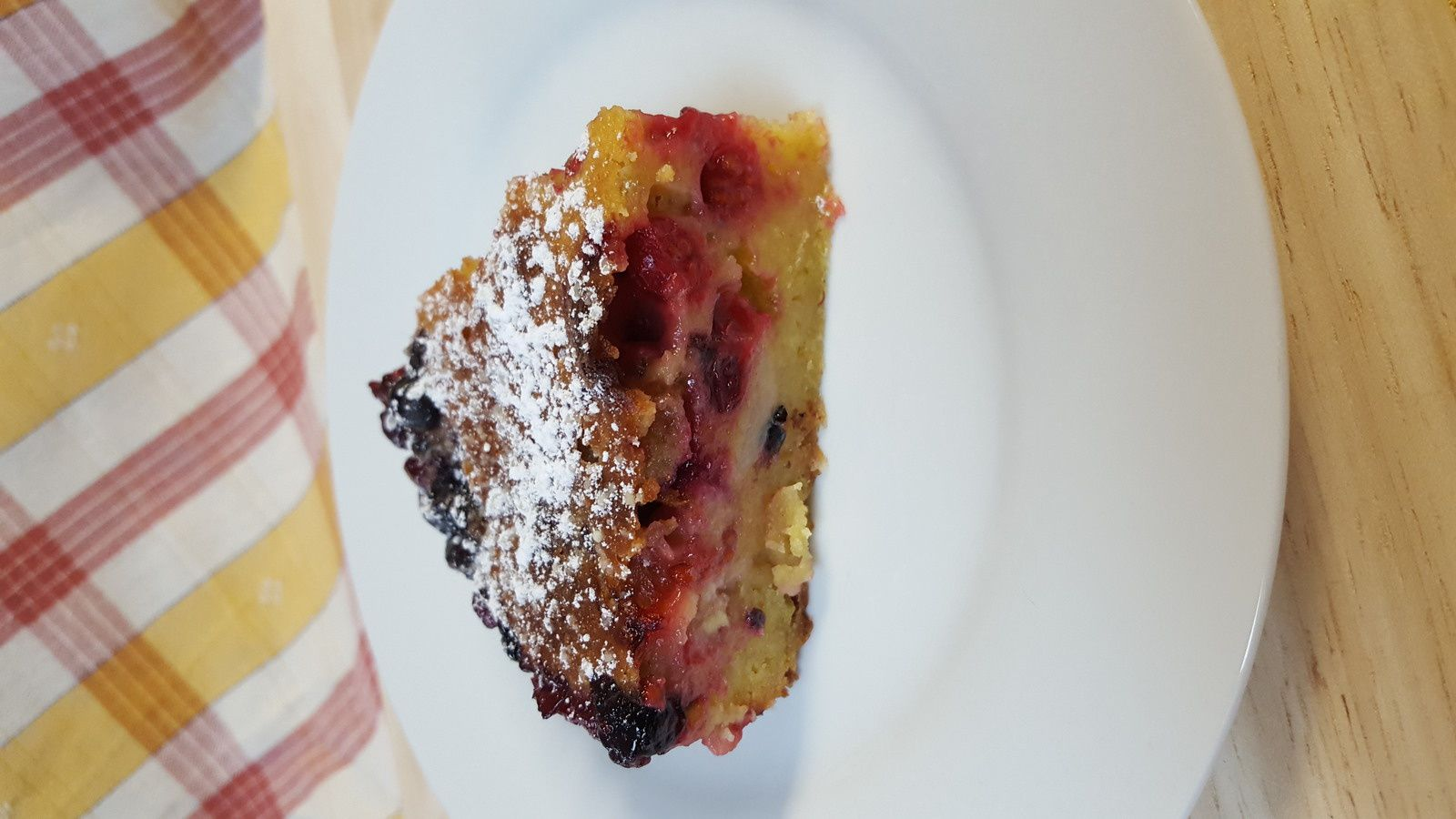 Gâteau banane et fruits rouges