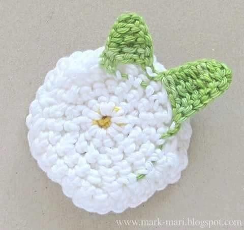 Tuto crochet : fleurs orné d'un bouton et de feuilles en suivant son pas à pas en images gratuits !