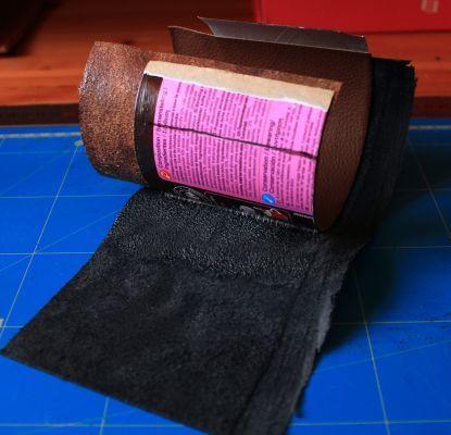 Un pot à crayons en cuir