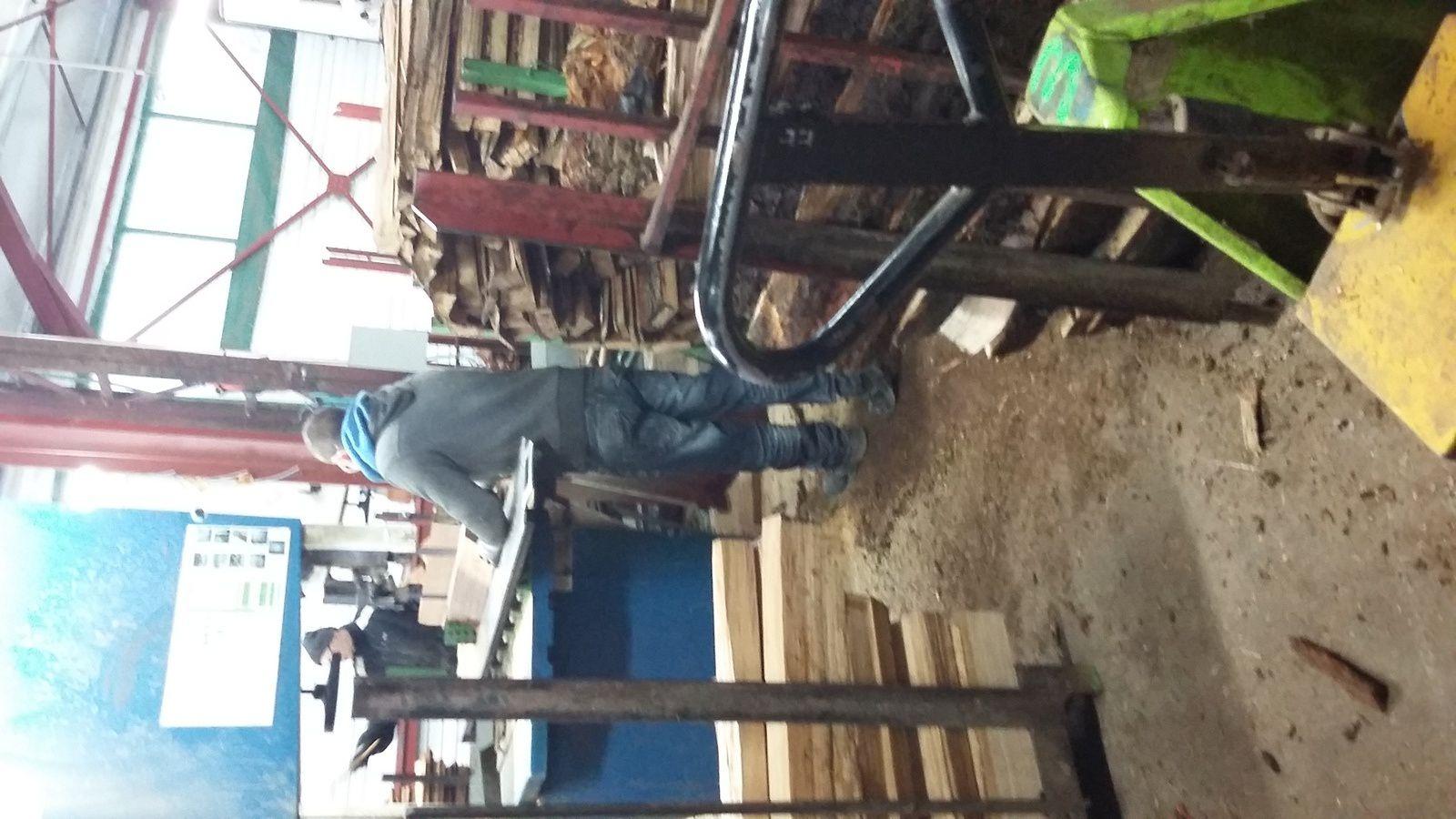 l'aubier et les parties non aptes à la fabrication des fûts sont éliminées