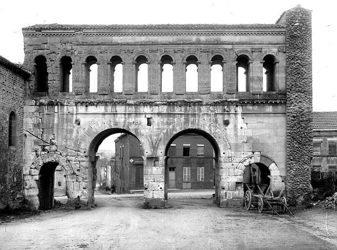 AUTUN - Porte romaine dite de Saint-André.