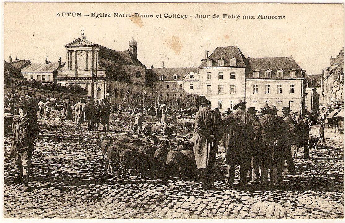 Autun - Place du Champ de Mars, un jour de foire.