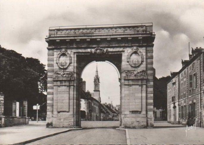 Porte Saint-Nicolas à Beaune. Porte construite de 1755 à 1770.