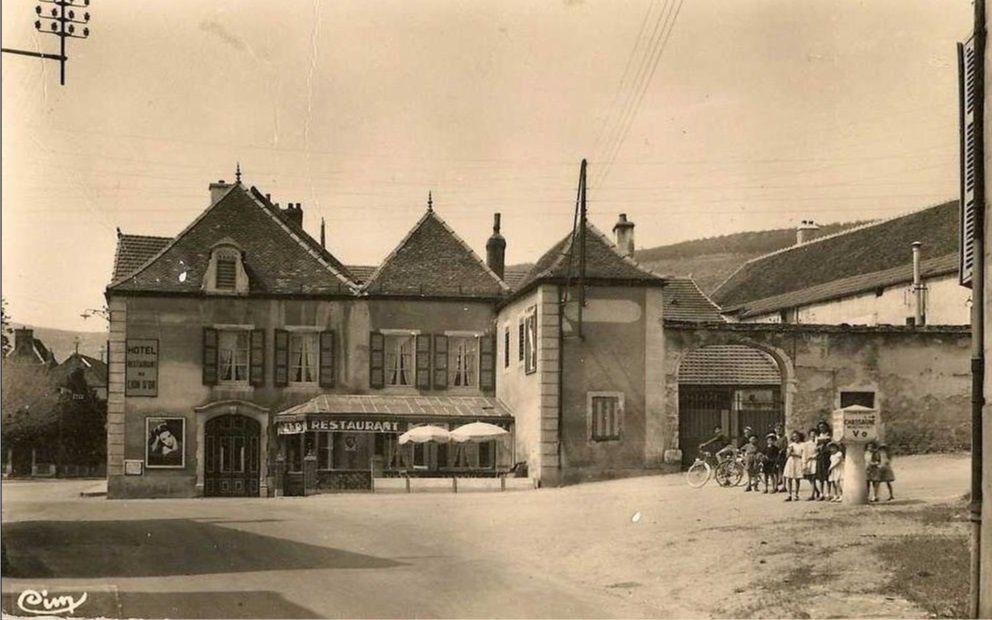 Santenay - Place du Jet d'eau, Hôtel du Lion d'Or et Place de la Mairie - Santenay.