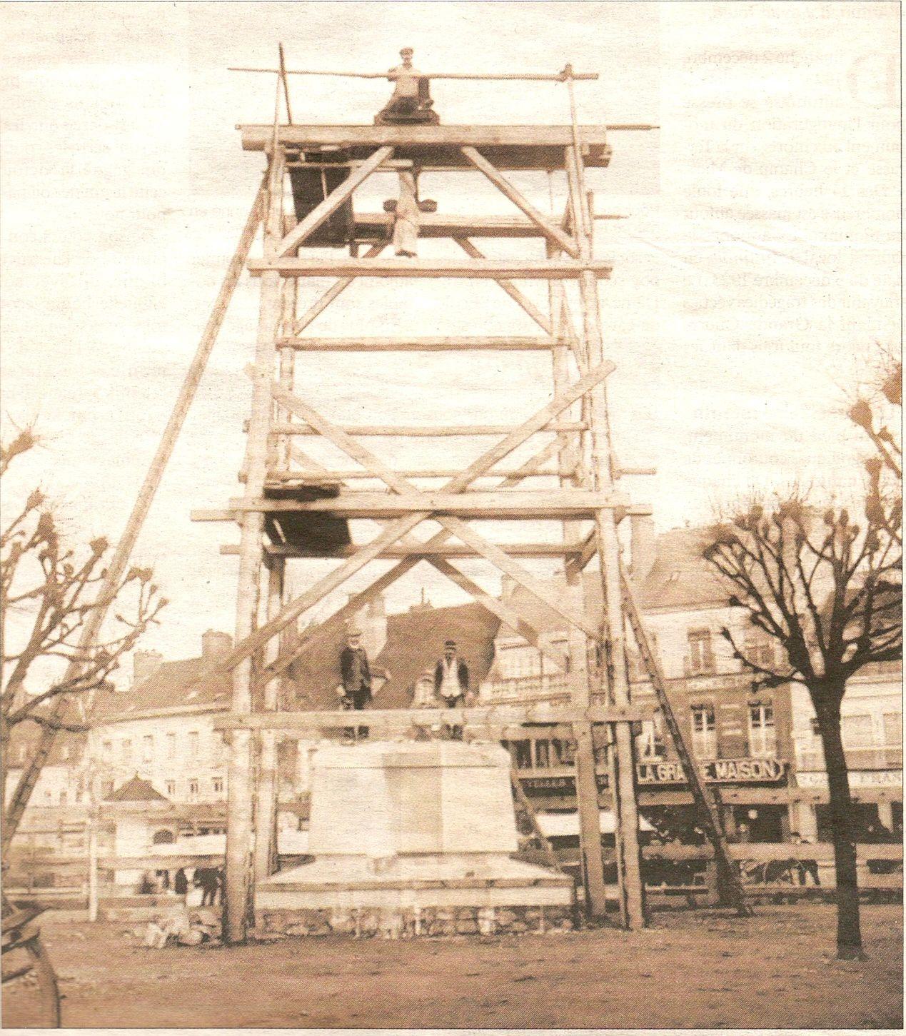 La Terrasse, le kiosque à musique et le Monument aux Morts - Place du Champ de Mars - 71400 Autun.