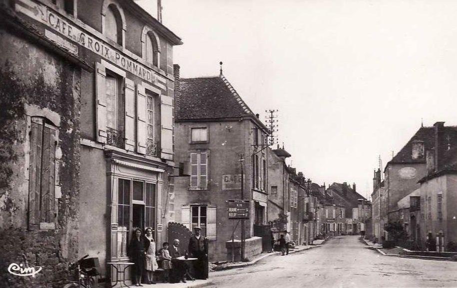 Pommard - Place du Pleuple, L'Avant D'heune, café du Pont, café de la Croix de Pommard, Maison des Ducs de Bourgogne - Pommard.