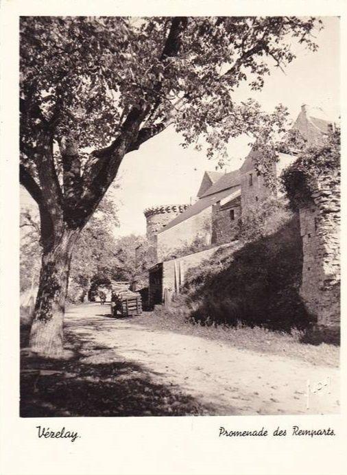 Vézelay - Chemin de Ronde, la Porte Neuve (XIVe s.), la Promenade des Fossés, la Promenade des Remparts, la Tour Rouge - Vézelay.