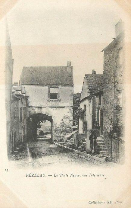 Vézelay - La rue des écoles, la rue du Pontot, Hôtel de Ville (XVIIIe siècle), la Tour de l'Horloge, l'Hôpital, Place de la Madeleine et la Porte Neuve côté intérieur - Vézelay.
