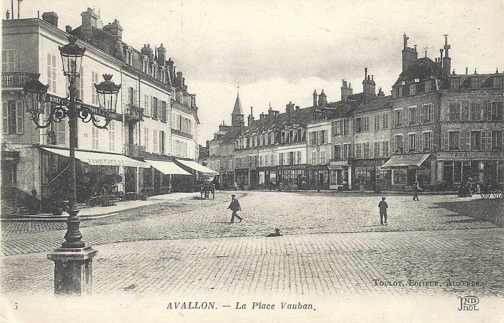 Avallon - La Place Vauban - Avallon.