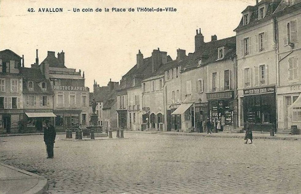 Avallon - Place de l'Hôtel de Ville - Avallon.