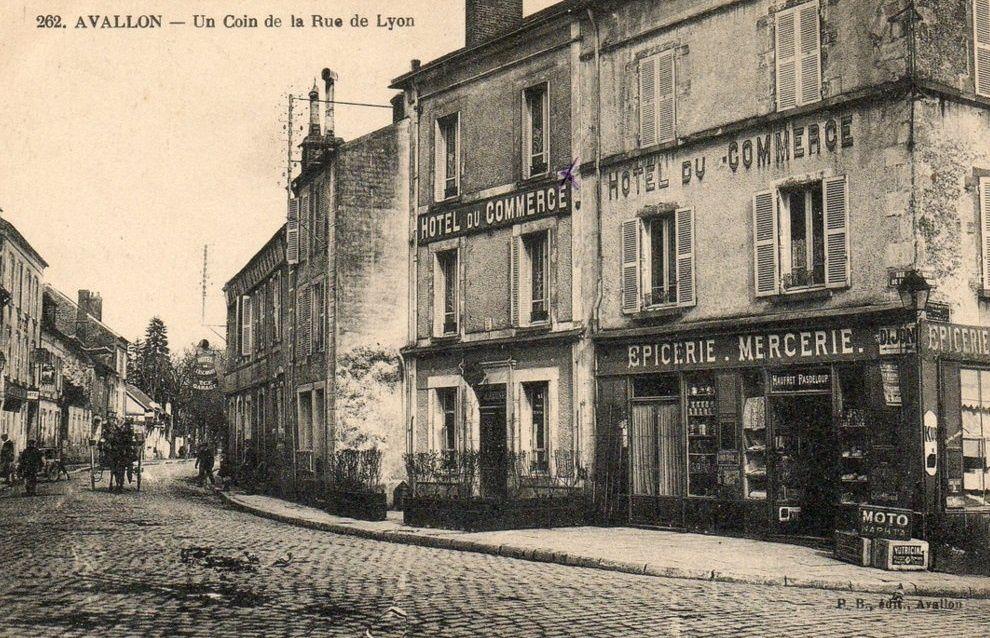 Avallon - Rue de Lyon, le bureau de Poste, le Crédit Lyonnais - Avallon.