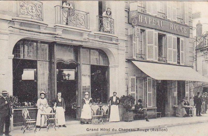 Avallon - Rue de Lyon, le grand hôtel Chapeau Rouge, la Société Générale, l'épicerie Bazot-Poulaine - Avallon.