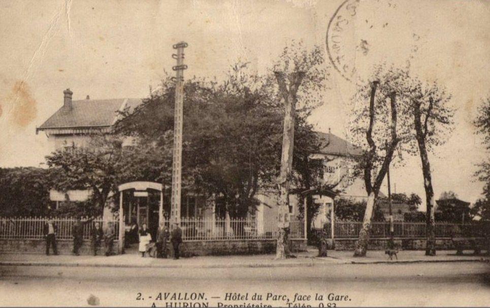Avallon - Avenue de la Gare, Hôtel du Parc et la gare d'Avallon - Avallon.