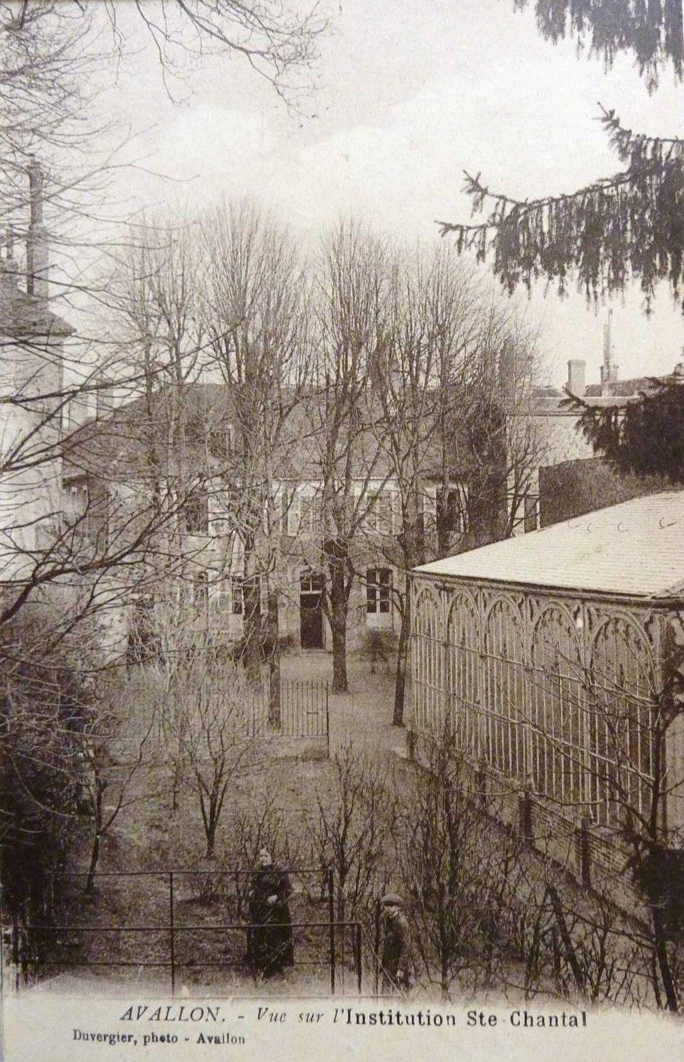 Avallon - Grande Rue, Quartier de la Tour de l'Horloge, Rue Carnot, Institution Ste Chantal - Avallon.