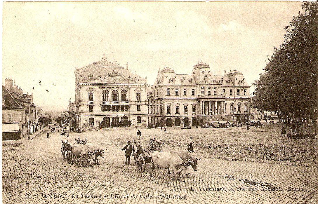 Le théâtre municipal et l'Hôtel de Ville - Place du Champ de Mars - 71400 Autun.
