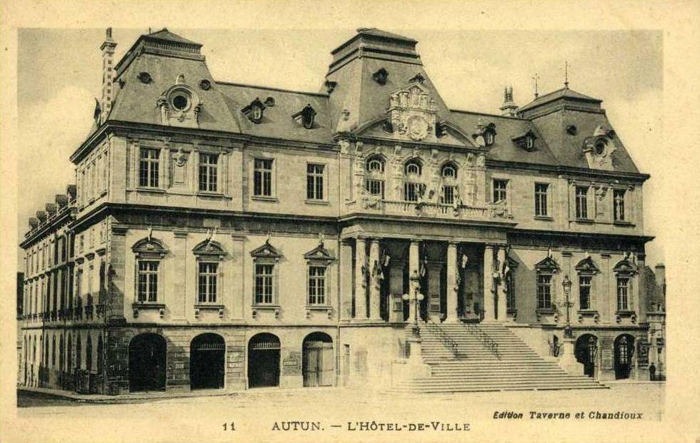 Hôtel de Ville, Place du Champ de Mars - 71400 Autun.