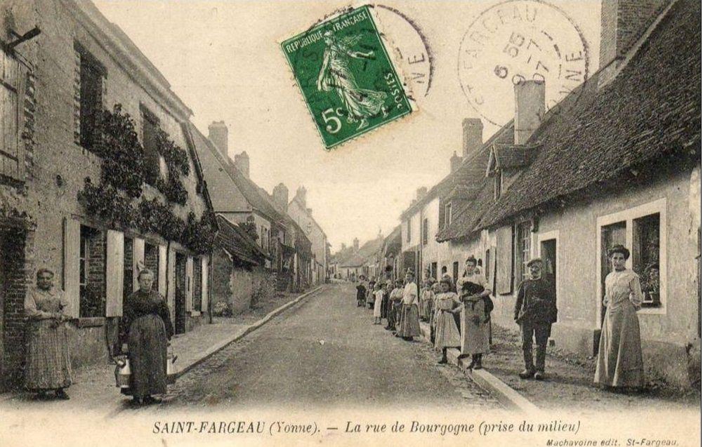 Saint-Fargeau - Les Deux Avenues, Place de la République, Place Vauvert, Route de Tilly, Rue de Bourgogne, Rue de Lavau, Rue de l'Eglise, Rue des Lions, Rue Saint-Sauveur, Rue Saint-Martin - Saint-Fargeau.