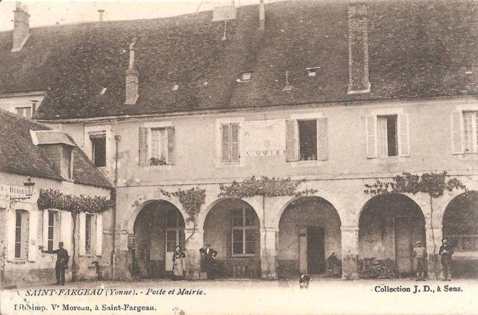 Saint-Fargeau - La Professionnelle, la Mairie, la Poste, l'école des Filles - Saint-Fargeau.