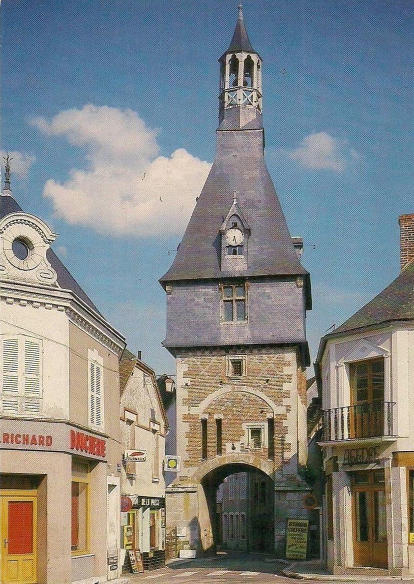Saint-Fargeau - Le Befroi du XVe siècle côté ouest - Saint-Fargeau.