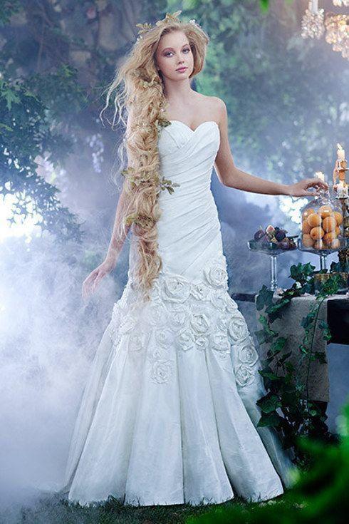 une robe de mariée bustier sirène ornée de fleurs à main