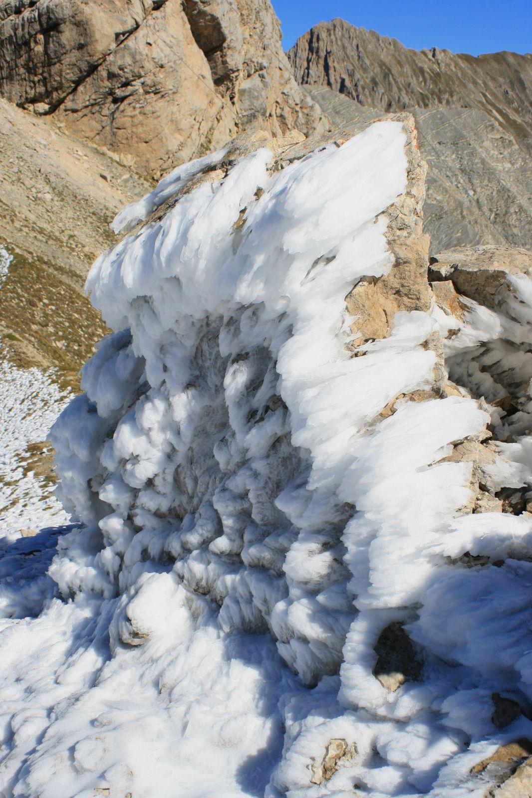 """""""L'éphémère améthyste"""". Ce jour-là, au Col m'attendait un spectacle de roches et de glace hors du commun, dans un ciel intensement bleu, le bleu profond de septembre."""